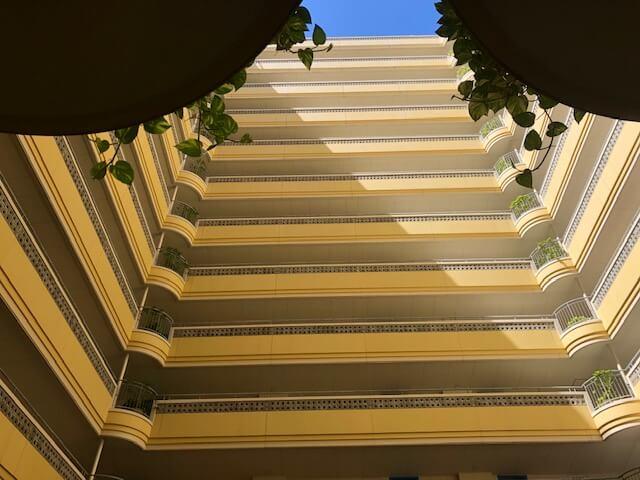 ザ・ビーチタワー沖縄から見上げた写真