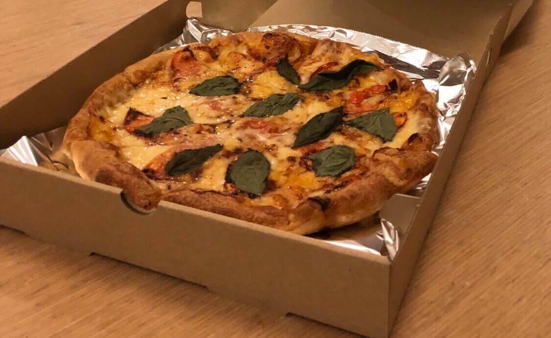 Pizza Sun の焼き立てピザ
