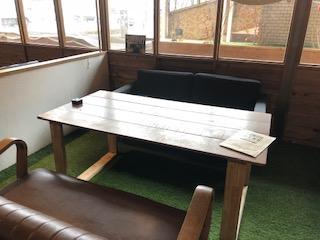 エイトパークカフェ犬山店には大きなソファ席もある